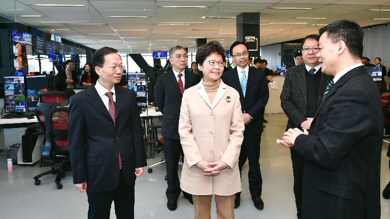 行政長官林鄭月娥(左三)今日(二月二日)在北京到訪中國中央電視台總部大樓,了解總部運作。旁為財經事務及庫務局局長劉怡翔(左二)、政制及內地事務局局長聶德權(右三)和行政長官辦公室主任陳國基(右二)。