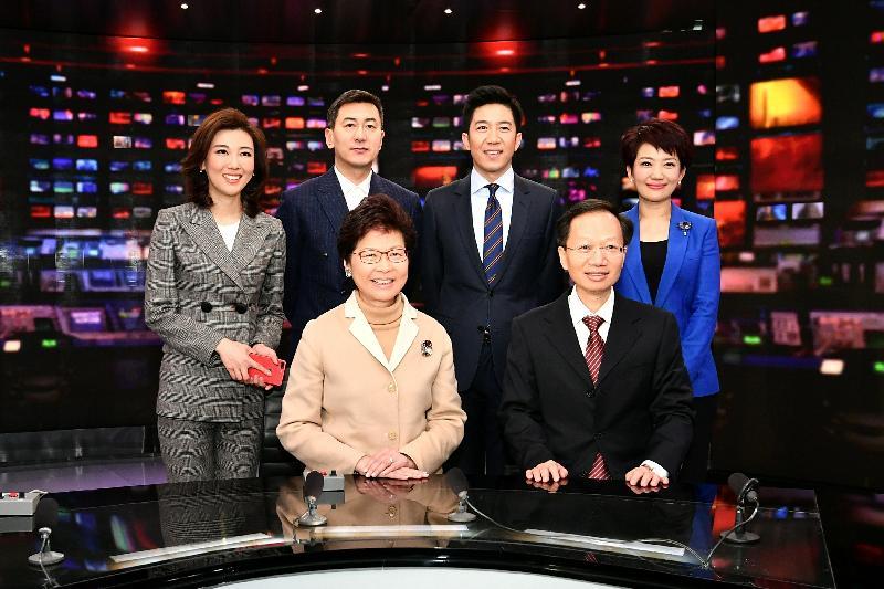 行政長官林鄭月娥(前排左)今日(二月二日)在北京到訪中國中央電視台總部大樓,並與中國中央電視台副台長魏地春(前排右)和節目主持人合照。
