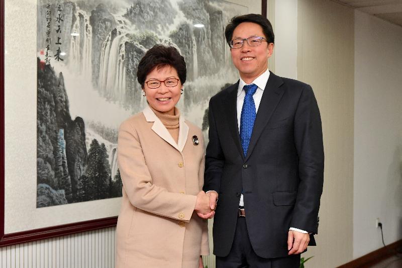 行政長官林鄭月娥(左)今日(二月二日)在北京與國務院港澳事務辦公室主任張曉明(二月二日)會面。圖示二人於會面前握手。