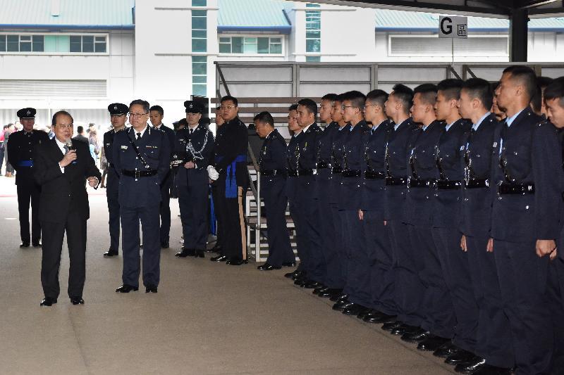 結業會操後,政務司司長張建宗在警務處處長盧偉聰陪同下,與結業學員會面。