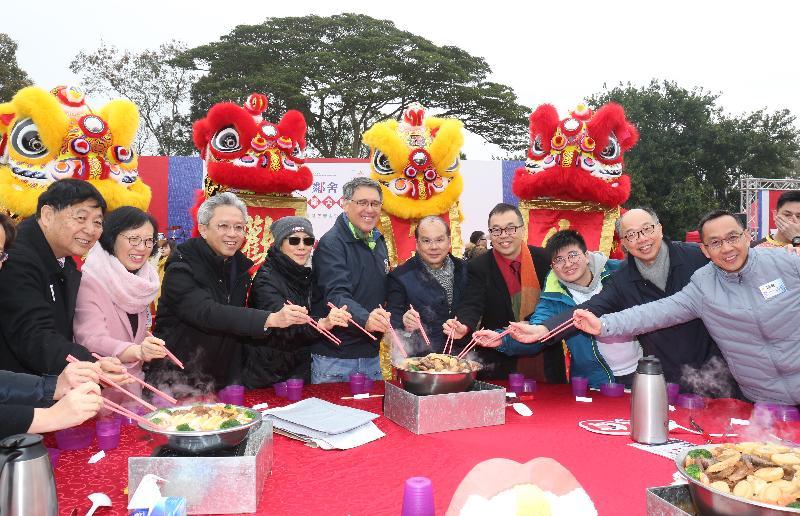 署理行政長官張建宗今日(二月三日)出席香港青年協會舉辦的二○一八年鄰舍團年飯。圖示張建宗(右五)與其他主禮嘉賓一同享用團年飯。