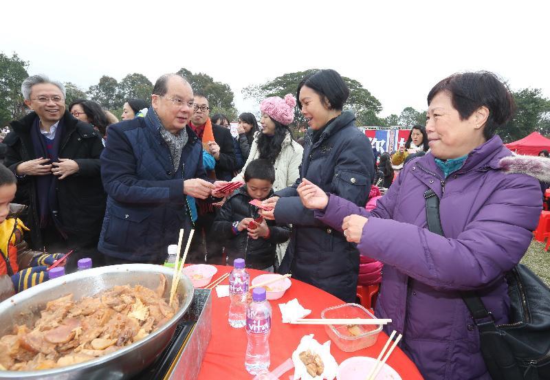 署理行政長官張建宗今日(二月三日)出席香港青年協會舉辦的二○一八年鄰舍團年飯。圖示張建宗向參加者派發利是。