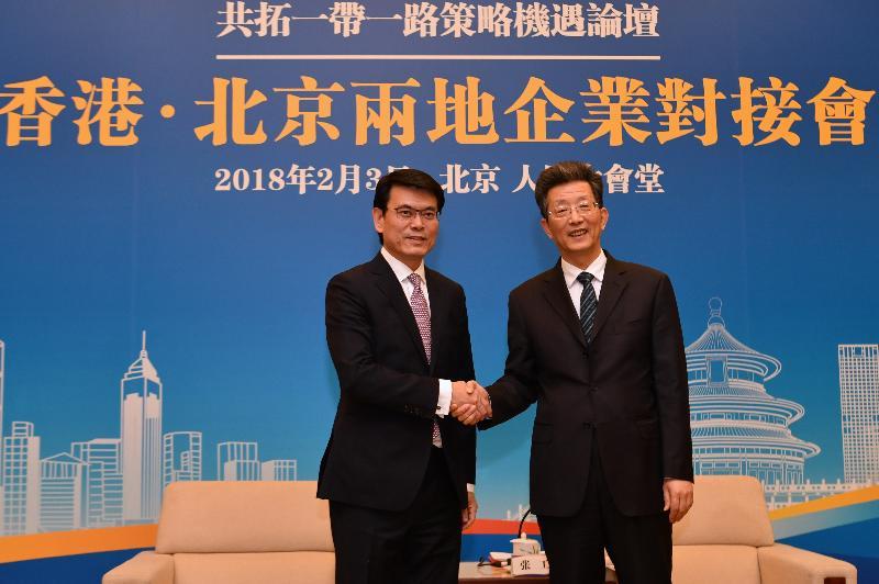 商務及經濟發展局局長邱騰華(左)今日(二月三日)在北京舉行的「國家所需 香港所長——共拓一帶一路策略機遇」論壇期間,率領香港代表團中金融與投資界別成員與北京市常務副市長張工(右)會面,並與北京十多家大型企業舉行企業對接會。