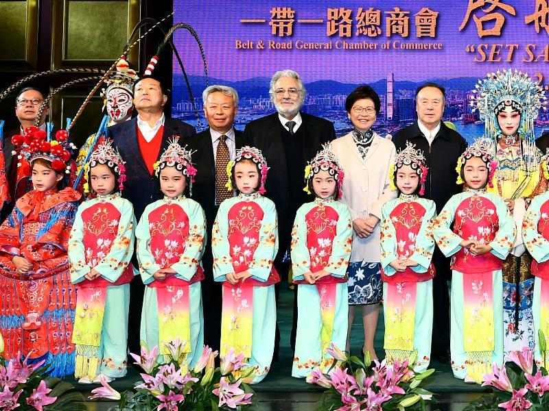 行政長官林鄭月娥今晚(二月三日)在北京出席一帶一路總商會在「國家所需 香港所長--共拓一帶一路策略機遇」論壇後舉辦的文化晚會。圖示(後排左起)一帶一路總商會理事會主席林建岳博士、一帶一路總商會創始人嚴彬、亞洲基礎設施投資銀行行長兼董事會主席金立群、著名歌唱家杜鳴高、林鄭月娥、前全國政協副主席白立忱與晚會表演者合照。