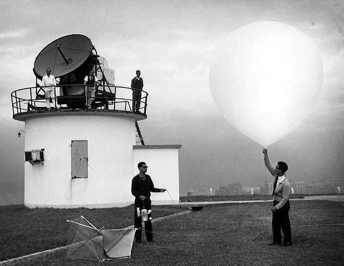 「百年風雲:檔案裡的天文台故事」展覽今日(二月五日)於香港歷史檔案大樓開幕。圖示上世紀五十年代,天文台人員在京士柏氣象站放出無線電探空儀,進行高空探測。