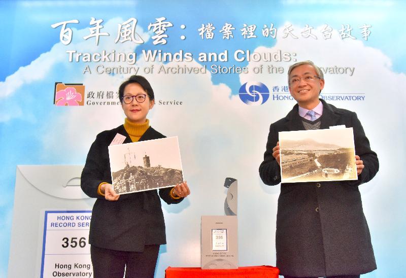 「百年風雲:檔案裡的天文台故事」展覽今日(二月五日)於香港歷史檔案大樓開幕。圖示行政署長蔡潔如(左)和香港天文台台長岑智明(右)主持開幕儀式。