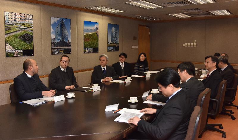 公務員事務局局長羅智光今日(二月五日)到訪政府產業署。圖示羅智光(左三)與政府產業署署長袁民忠(左二)及首長級人員會面,了解部門的工作。