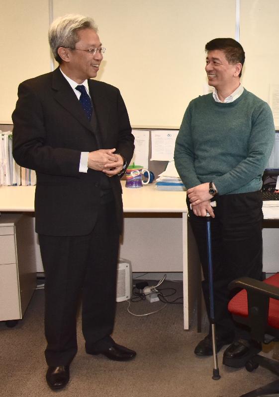 公務員事務局局長羅智光今日(二月五日)到訪政府產業署。圖示羅智光(左)與一位殘疾同事交談,了解他的工作情況。