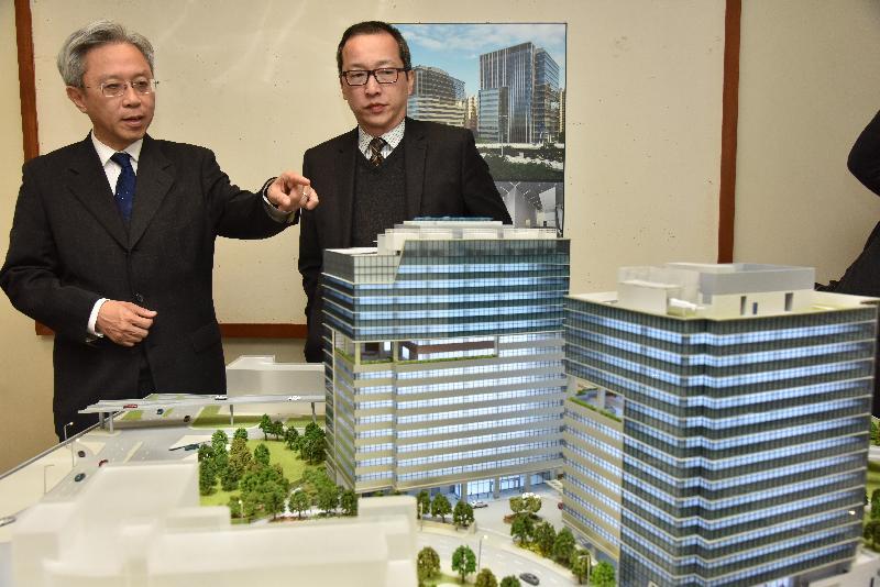 公務員事務局局長羅智光今日(二月五日)到訪政府產業署。圖示羅智光(左)聽取政府產業署署長袁民忠(右)介紹西九龍政府合署項目。