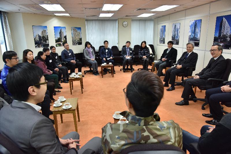 公務員事務局局長羅智光(右二)今日(二月五日)到訪政府產業署,與部門各職系的員工代表茶敍,就他們關注的事宜交換意見。