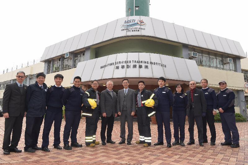 教育局局長楊潤雄(中)今日(二月五日)到訪屯門區,他首先前往位於大欖涌的海事訓練學院,參觀其校舍及教學設施,並與職員及學生合照。