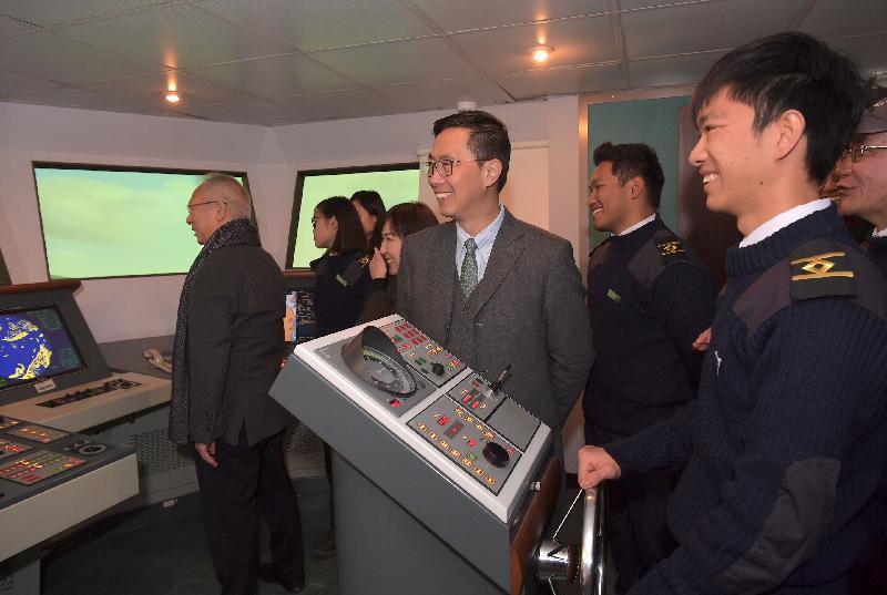 教育局局長楊潤雄(右三)今日(二月五日)到訪屯門區,並參觀海事訓練學院的雷達及船舶操控模擬中心。