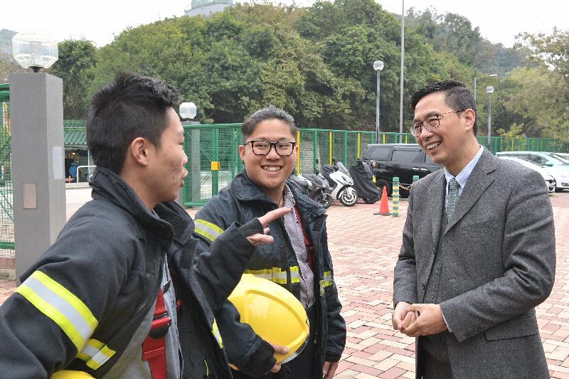 教育局局長楊潤雄(右)今日(二月五日)參觀海事訓練學院期間與學員交談。