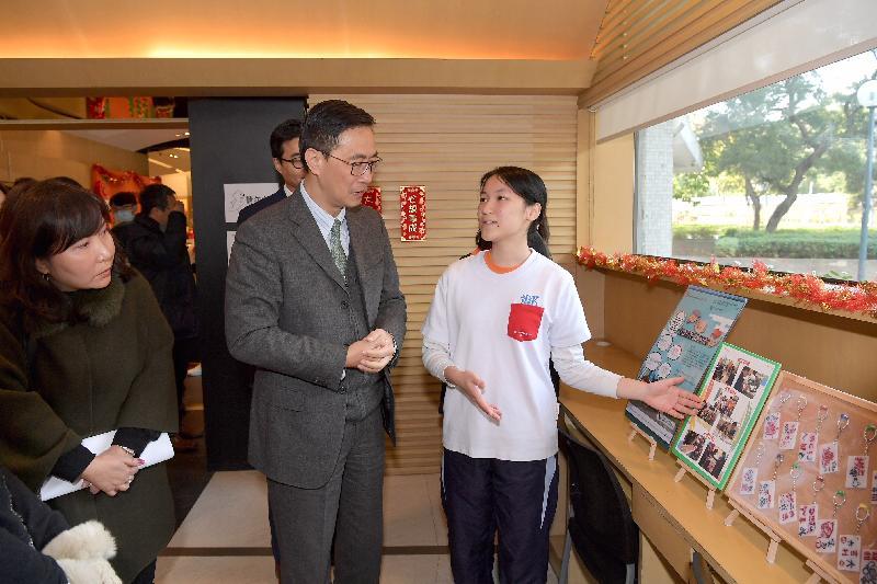 教育局局長楊潤雄(中)今日(二月五日)在屯門民政事務專員馮雅慧(左)陪同下,探訪香港青年協會賽馬會建生青年空間,並與青年義工交流。
