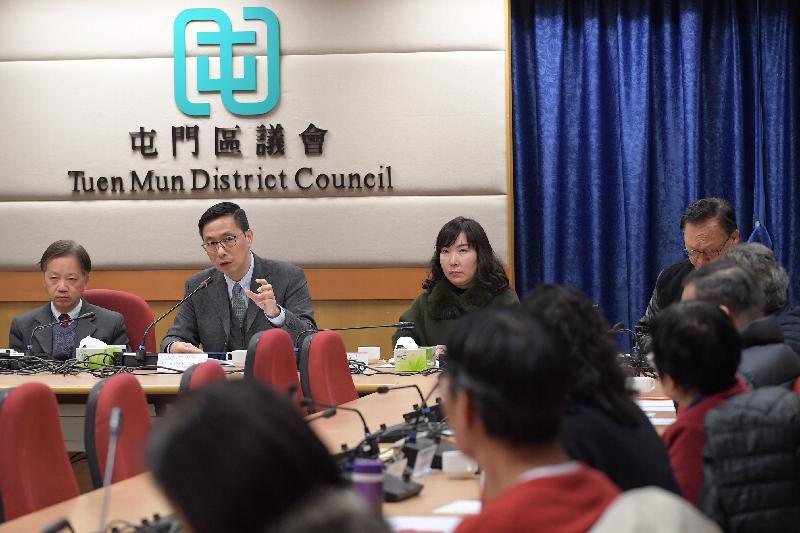 教育局局長楊潤雄(左二)今日(二月五日)到訪屯門區議會,與主席梁健文(左一)及區議員會面,就教育及地區事務交換意見。