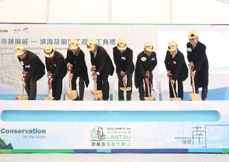 The Financial Secretary, Mr Paul Chan attended the launch ceremony for the reclamation and advance works of Tung Chung New Town Extension today (February 5). Photo shows Mr Chan (fourth left); the Permanent Secretary for Development (Works), Mr Hon Chi-keung (third left); the Under Secretary for Development, Mr Liu Chun-san (fourth right); the Director of Civil Engineering and Development, Mr Lam Sai-hung (second left); the Chairman of the Islands District Council, Mr Chow Yuk-tong (third right); and other guests officiating at the ceremony.