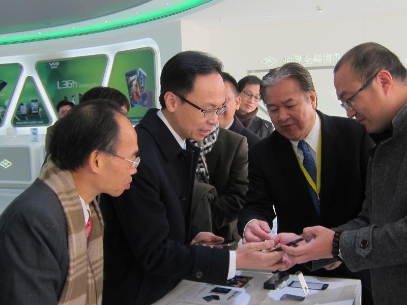 政制及內地事務局局長聶德權今日(二月六日)到惠州參觀一家港資玻璃屏幕製造商,了解香港企業在內地發展的經驗。圖示企業主管向聶德權(左二)介紹公司產品。