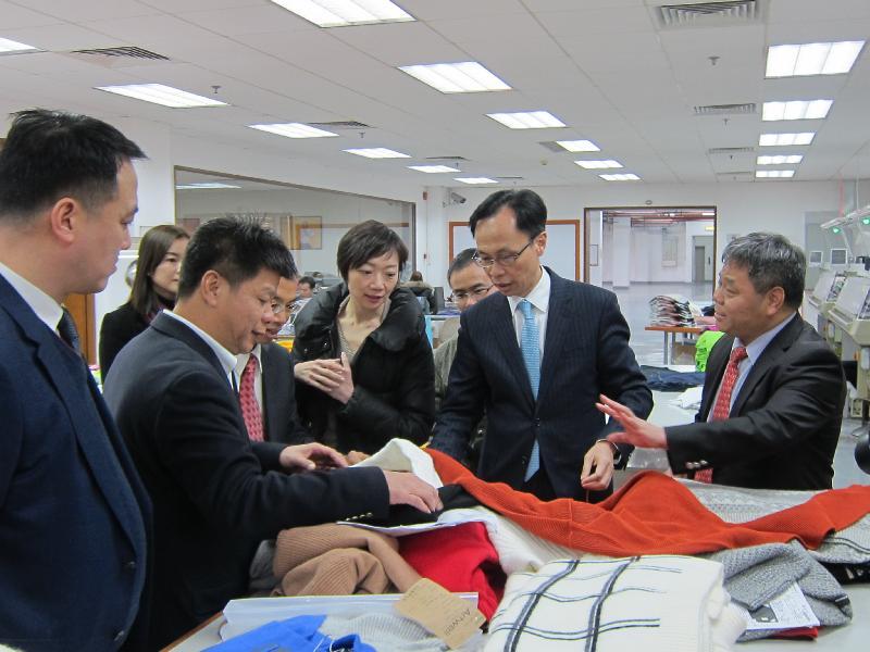 政制及內地事務局局長聶德權(右二)今日(二月六日)在惠州參觀一家港資針織品製造企業,了解公司的營運及港企在當地的商機。