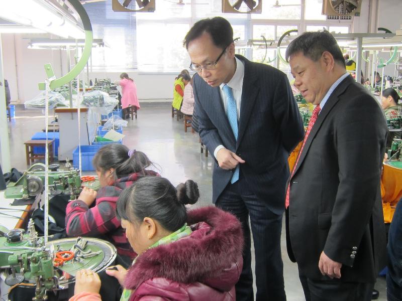 政制及內地事務局局長聶德權(右二)今日(二月六日)在惠州參觀一家港資針織品製造企業,了解公司的營運以及港企在當地的商機。