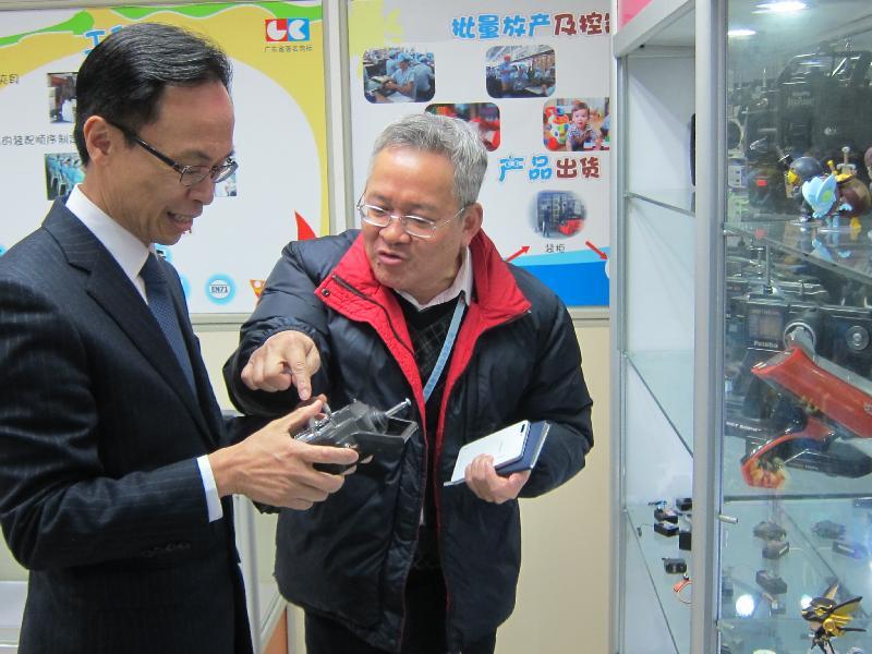政制及內地事務局局長聶德權(左)今日(二月七日)在東莞參觀當地的港資智能玩具研發及製造商,了解企業升級轉型的經驗及發展智能產品的潛力。