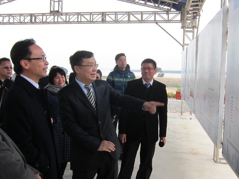 政制及內地事務局局長聶德權(左)今日(二月七日)考察東莞的濱海灣新區,了解東莞市的最新規劃和發展。