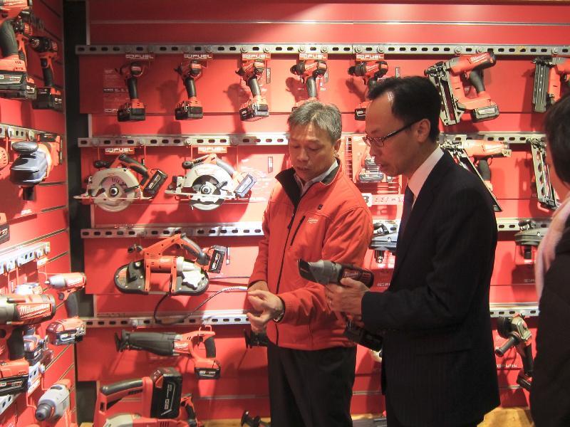 政制及內地事務局局長聶德權今日(二月七日)在東莞參觀一間港資電動工具生產公司。圖示聶德權(右)參觀公司產品展示廳。