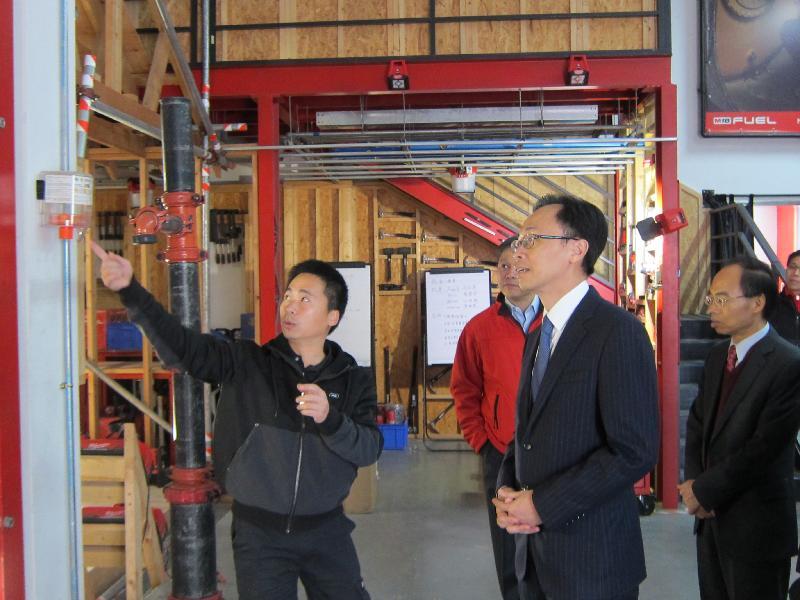 政制及內地事務局局長聶德權今日(二月七日)參觀東莞一間港資電動工具生產公司。圖示聶德權(右二)在公司的培訓中心了解工程師改良產品的過程。