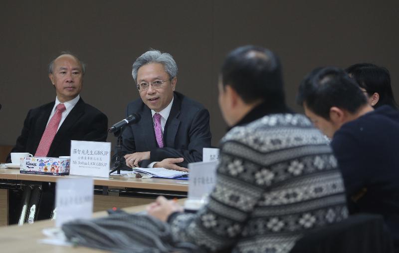 公務員事務局局長羅智光今日(二月八日)到訪沙田區。圖示羅智光(左二)在沙田區議會主席何厚祥(左一)陪同下,與沙田區議會議員會面,就區內事務交流意見。