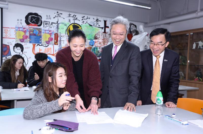 公務員事務局局長羅智光(右二)今日(二月八日)參觀位於沙田的香港專業進修學校賽馬會本科校園,了解學生的學習情況。