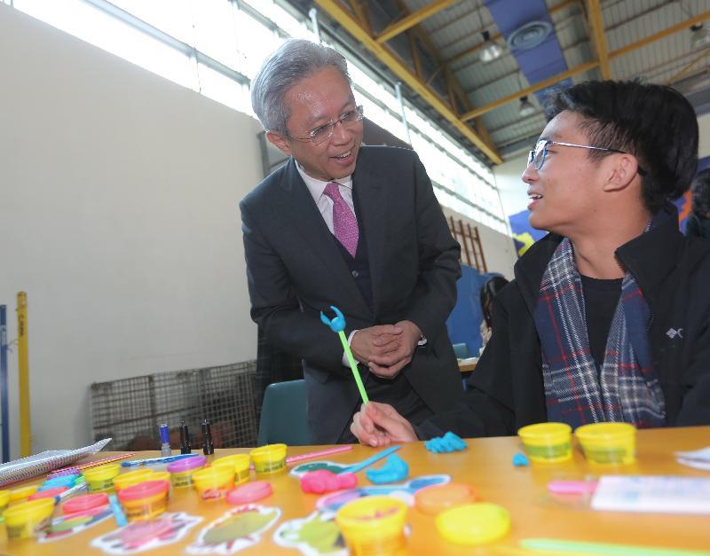 公務員事務局局長羅智光(左)今日(二月八日)參觀位於沙田的突破青年村,了解青少年參與的活動。