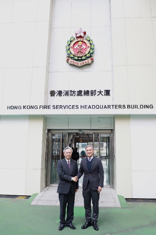 公務員事務局局長羅智光今日(二月九日)到訪消防處。圖示羅智光(左)與消防處處長李建日(右)會面。