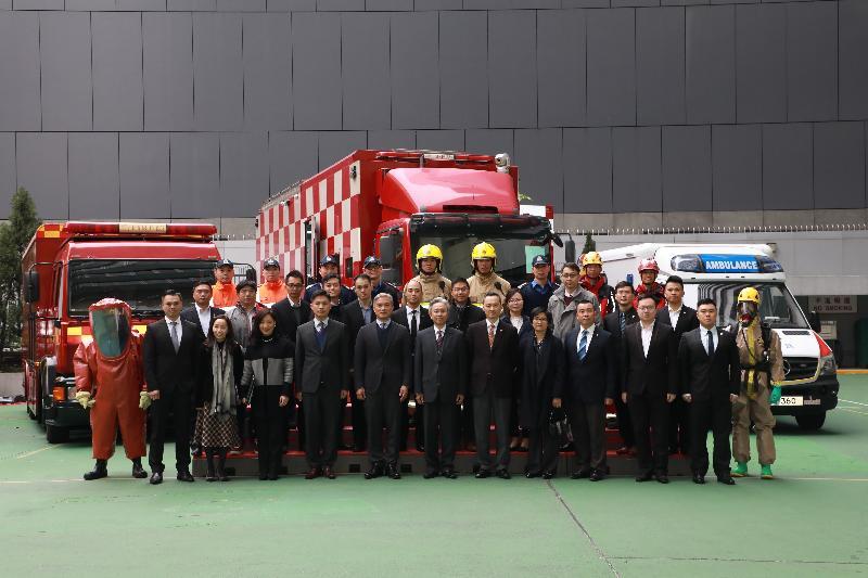 公務員事務局局長羅智光(前排中)今日(二月九日)到訪消防處,與前線人員和員工組織代表會面,親身了解他們的工作情況和關注的事宜。