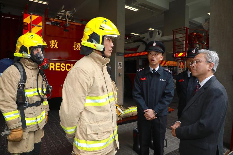 公務員事務局局長羅智光今日(二月九日)到訪消防處。圖示羅智光(右一)了解消防人員的個人防護裝備。