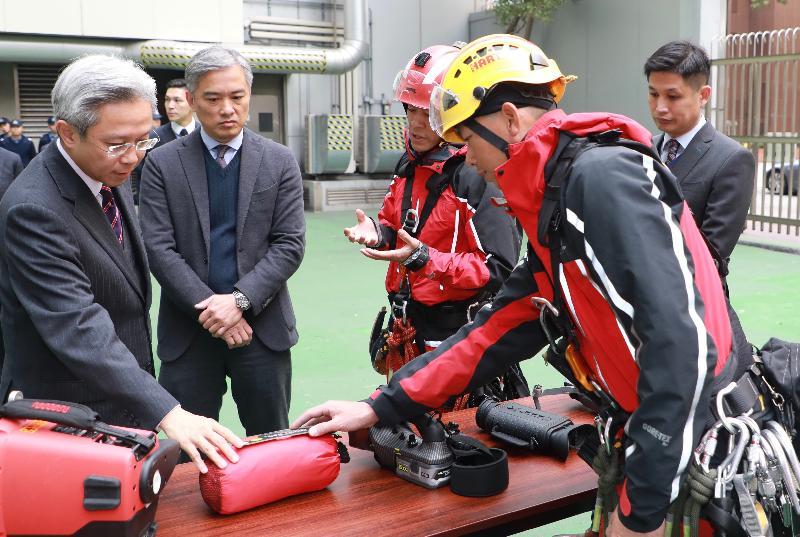 公務員事務局局長羅智光今日(二月九日)到訪消防處。圖示羅智光(左一)聽取高空拯救專隊人員介紹他們的工作情況、裝備及培訓,旁為消防處處長李建日(左二)。