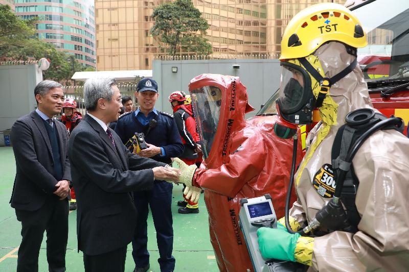 公務員事務局局長羅智光今日(二月九日)到訪消防處。圖示羅智光(左二)與危害物質專隊人員交談,了解他們的工作情況、裝備及培訓。旁為消防處處長李建日(左一)。