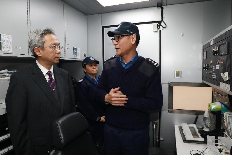 公務員事務局局長羅智光今日(二月九日)到訪消防處。圖示羅智光(左一)參觀該處用作大型事故現場指揮和控制中心的流動指揮車。