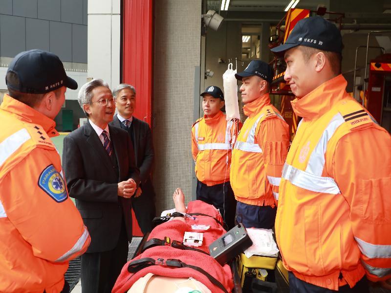 公務員事務局局長羅智光今日(二月九日)到訪消防處。圖示羅智光(左二)觀看救護人員示範如何處理院前心臟停頓個案。