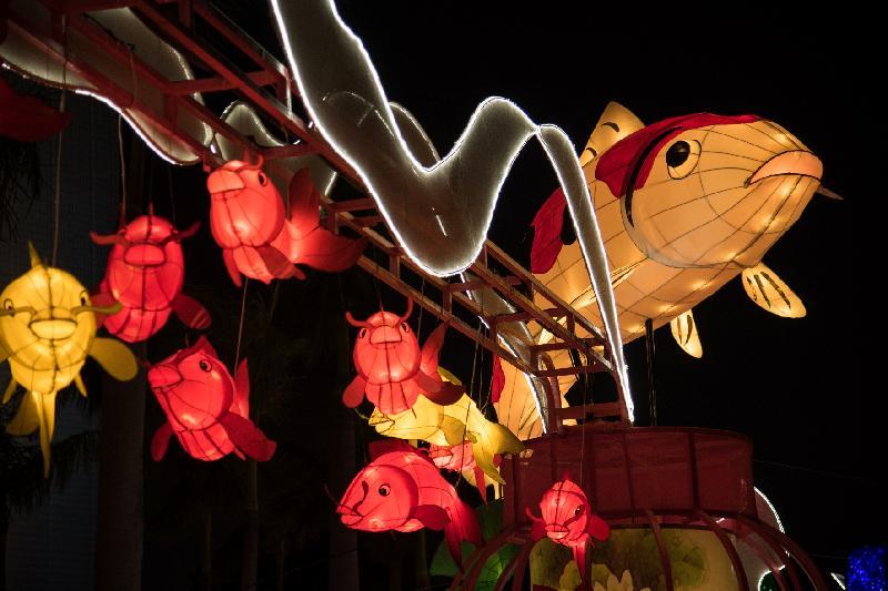 康樂及文化事務署今日(二月九日)起於香港文化中心露天廣場舉行春節專題綵燈展「魚躍香江樂滿城」,以吉祥之物「錦鯉」為主題,展出璀璨艷麗的綵燈,與市民共慶新歲。