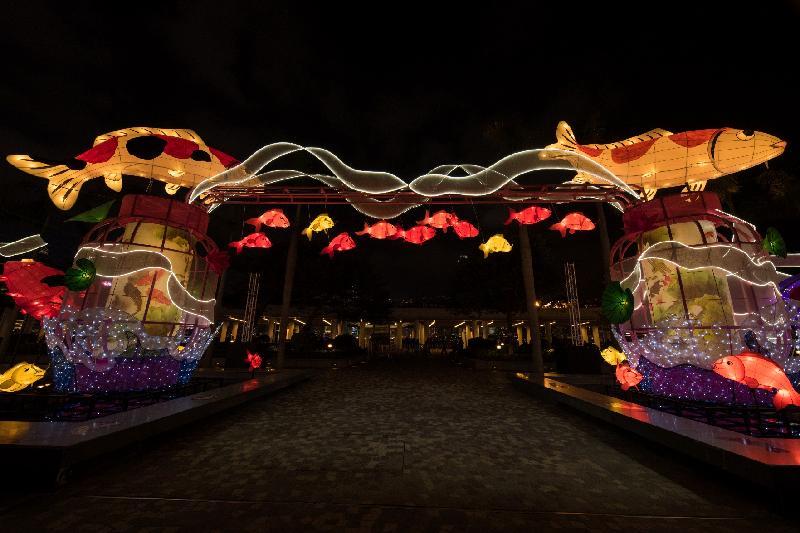康樂及文化事務署今日(二月九日)起於香港文化中心露天廣場舉行春節專題綵燈展「魚躍香江樂滿城」,以吉祥之物「錦鯉」為主題,展出璀璨艷麗的綵燈,祝願市民年年有餘、步步高陞。