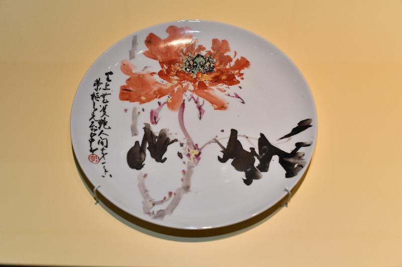 香港文化博物館的趙少昂藝術館今日(二月九日)起,舉行「瓷緣‧畫意」展覽。圖示趙少昂的彩繪瓷碟作品《人間第一香》(香港文化博物館藏品)。