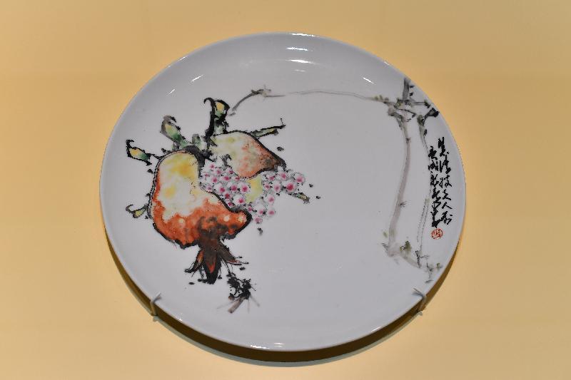 香港文化博物館的趙少昂藝術館今日(二月九日)起,舉行「瓷緣‧畫意」展覽。圖示趙少昂的彩繪瓷碟作品《石榴》(香港文化博物館藏品)。