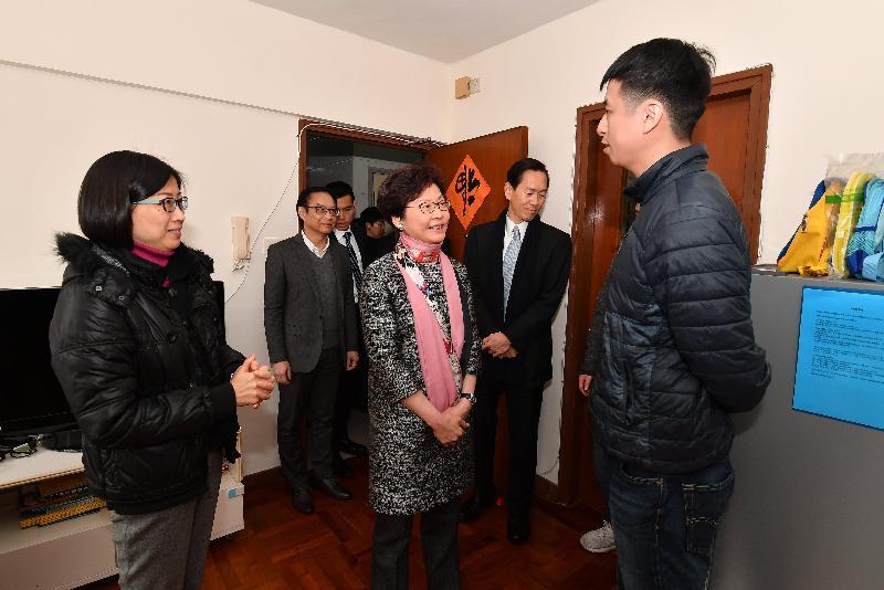 行政長官林鄭月娥(前排中)今日(二月九日)到旺角探訪居住於「社會房屋共享計劃」單位的家庭,了解他們新的居住環境和生活情況。旁為香港社會服務聯會主席陳智思(第二排右)和市區重建局行政總監韋志成(第二排左)。