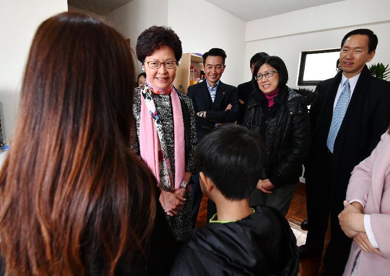 行政長官林鄭月娥(左一)今日(二月九日)到旺角探訪居住於「社會房屋共享計劃」單位的家庭,了解他們新的居住環境和生活情況。旁為香港社會服務聯會主席陳智思(右一)和香港公益金入會、預算及分配委員會主席楊傳亮(右三)。