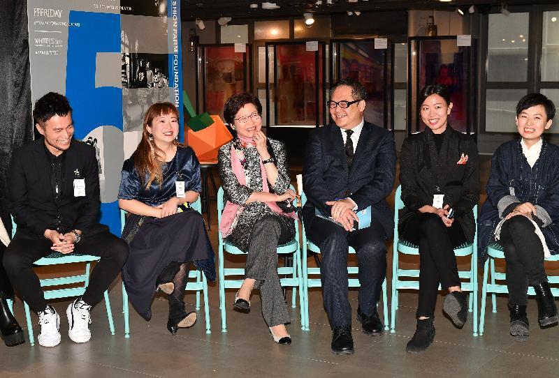 行政長官林鄭月娥(左三)今日(二月九日)參觀兩座透過政府活化工廈計劃改裝而成的時尚創意設計地標D2 Place一期及二期,並與本地設計師會面交流,了解他們的創作經驗及發展需要。旁為創意香港總監曾昭學(右三)和Fashion Farm Foundation主席羅可欣(左二)。