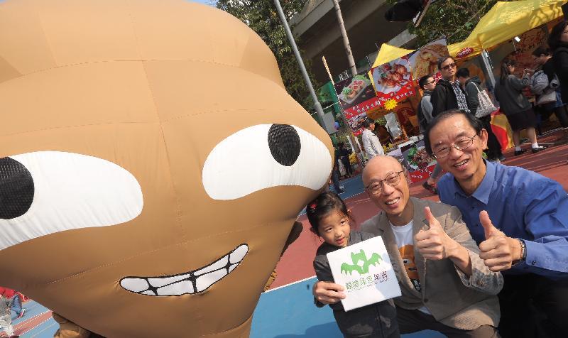 环境局局长黄锦星(中)和环境运动委员会主席林超英(右)今日(二月十日)在观塘游乐场呼吁市民支持「绿色年宵」。