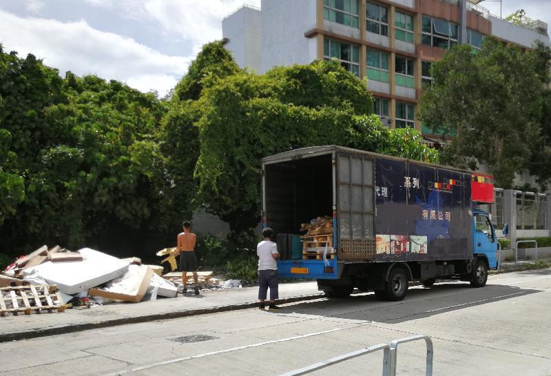 環境保護署去年七月突擊巡查元朗孖峰嶺路,先後截獲四部貨車運載廢棄傢俬、破舊雪櫃等工商廢物非法棄置於上址。