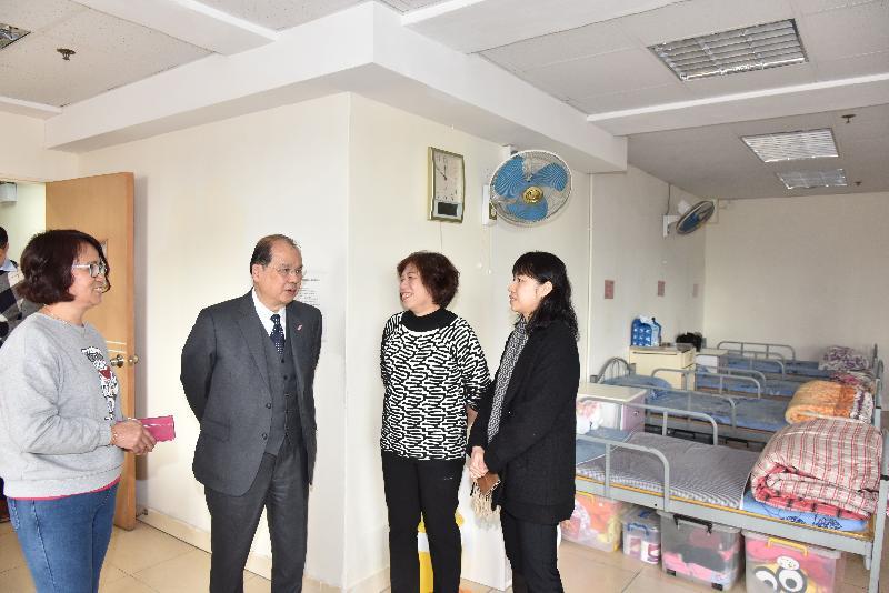 政务司司长张建宗(左二)今日(二月十四日)到访一间参与私营残疾人士院舍买位计划的院舍并参观院舍设施。