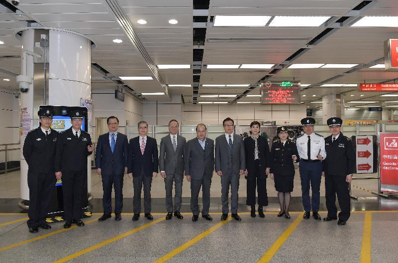 政务司司长张建宗(中)今早(二月十六日)在入境事务处处长曾国卫(左五)及海关关长邓以海(右五)陪同下,到访深圳湾管制站。