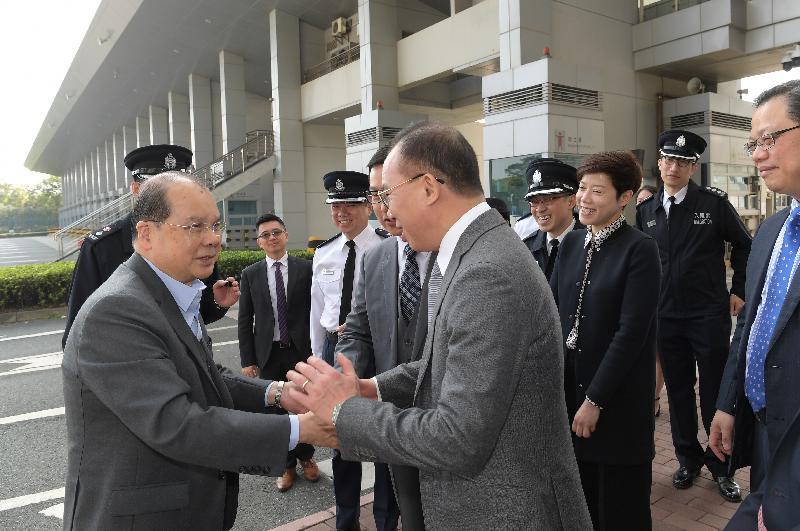 政务司司长张建宗(左)今早(二月十六日)到访深圳湾管制站。