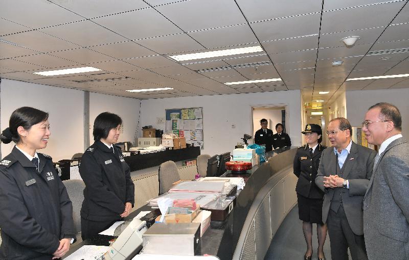 政务司司长张建宗(右二)今早(二月十六日)在入境事务处处长曾国卫(右一)陪同下到访深圳湾管制站,并探访当值的入境事务处前线人员。